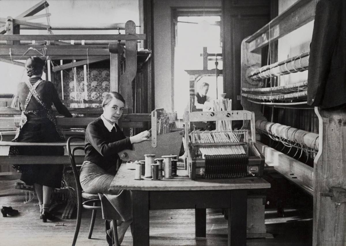 Kitty van der Mijll Dekker in her weaving studio in Nunspeet, 1935, Collection TextielMuseum.